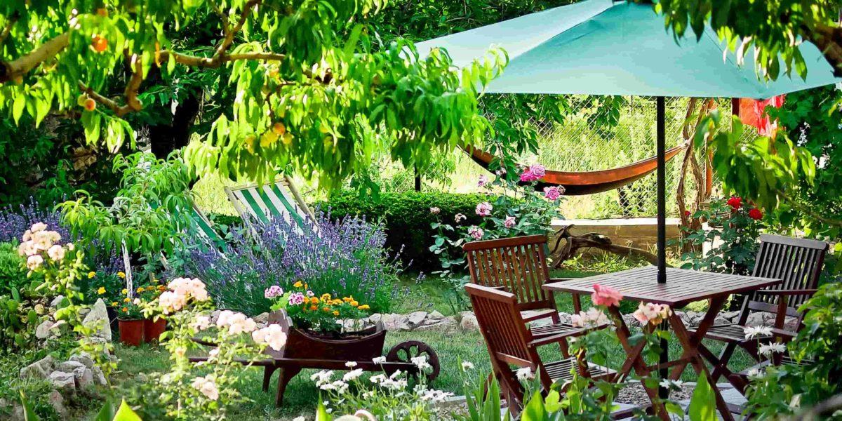 Uma mesa com guarda-sol pode ajudar a criar o ambiente perfeito para sua família.