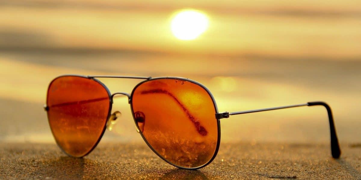 Nem pense em ir à praia sem seus óculos de sol!