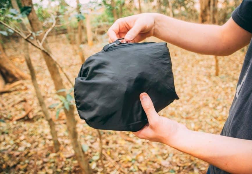 A jaqueta vira uma bolsa compacta