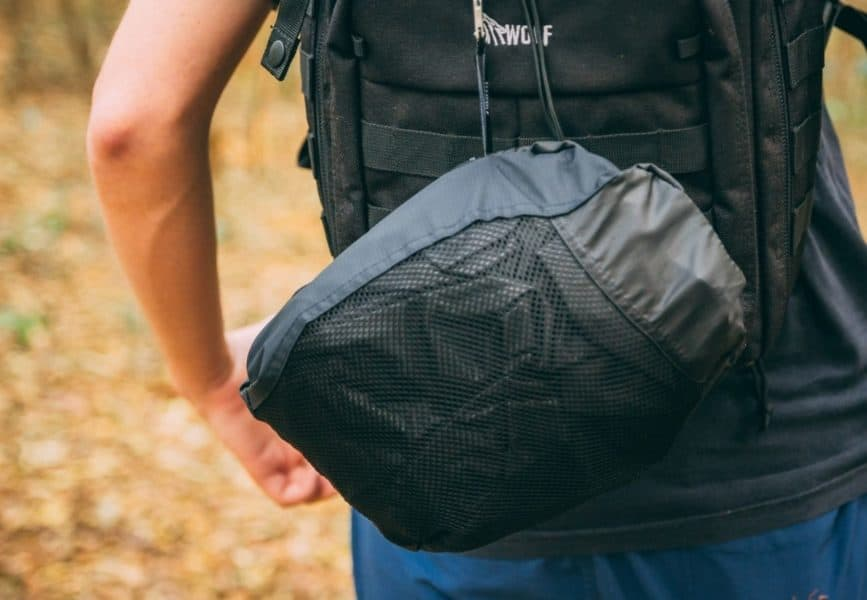 Jaqueta presa na mochila